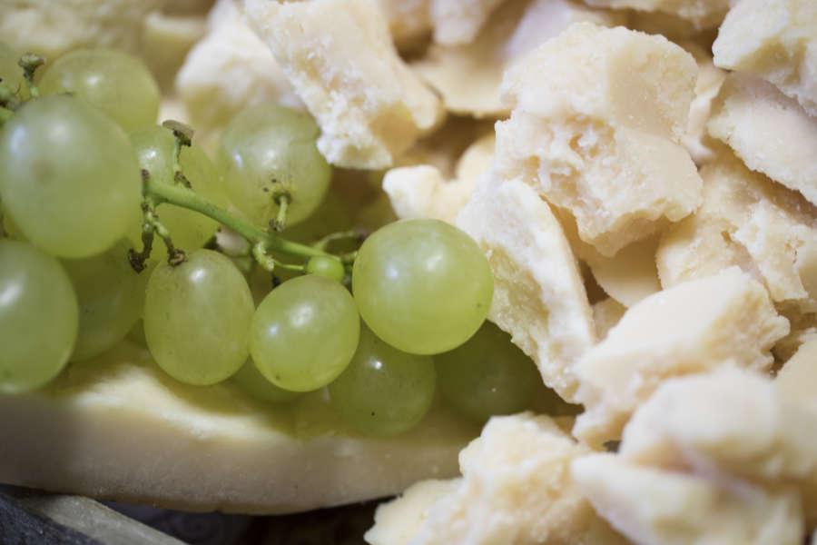 Grana Padano con uva bianca