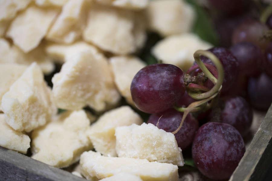Grana Padano con uva rossa