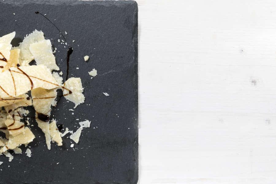 Grana Padano su vassoio e aceto balsamico